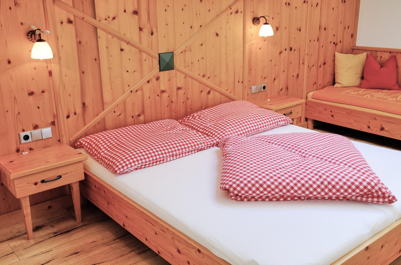 Chambre de l'appartement de l'hôtel Pension Mirabelle au Tyrol.